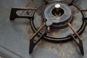 油がべっとり付着したキッチンのイメージ