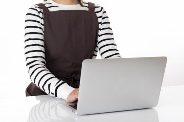 育休中に家で仕事をする女性