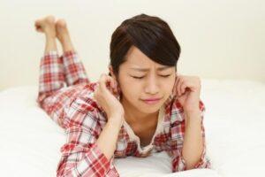 シェアハウスの騒音がストレスでうるさいため眠れない女性
