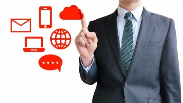 さまざまなコミュニケーションツールを紹介する営業パーソン