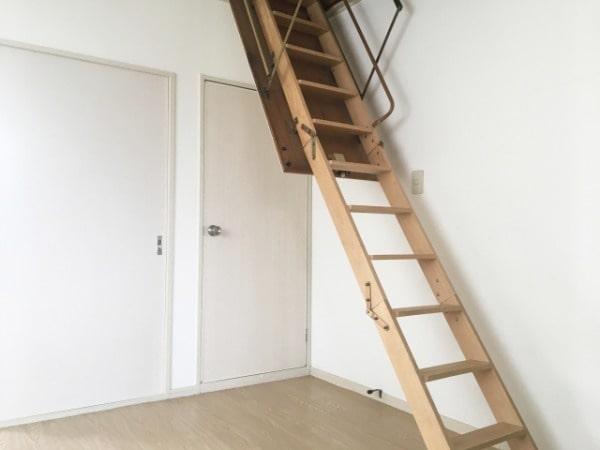 ロフトへつながる階段