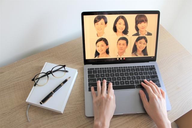 オンライン会議を司会するイメージ