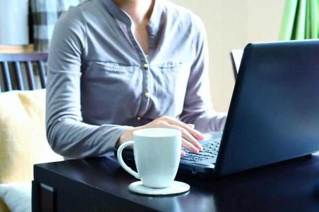 毎日コツコツブログを書く女性