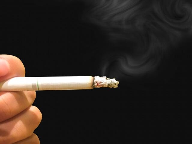 青髭対策にはよくないと思いながらもタバコを吸う男性
