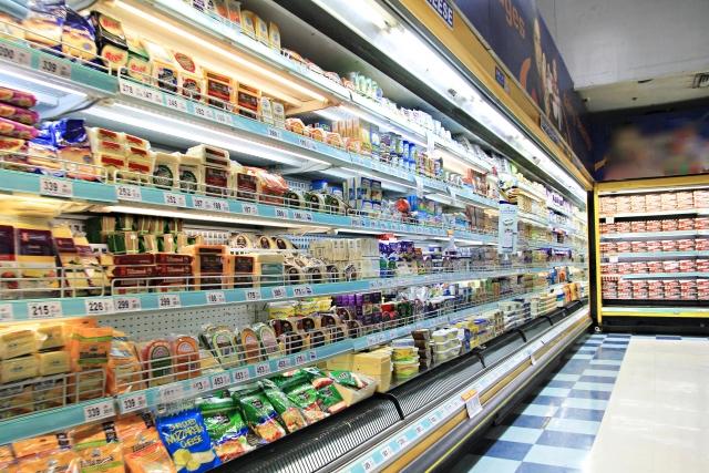 スーパーマーケットに商品が陳列されている