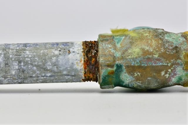 地中に埋まっている錆びた水道管