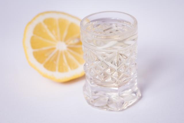 中和のため水にレモンを入れる