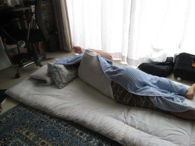 睡眠不足で朝起きれない男性