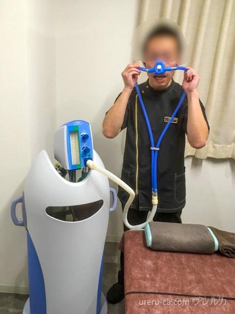 ゴリラクリニックの看護師さんが笑気麻酔の模擬をしているところ