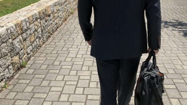 介護脱毛について考えながら歩く男性