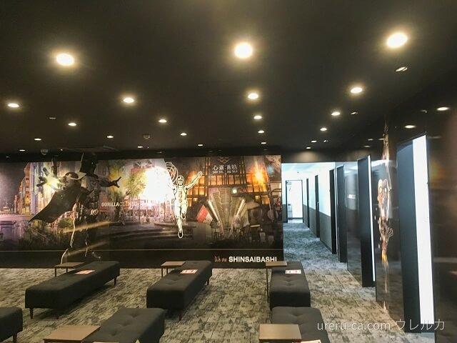 ゴリラクリニック大阪心斎橋院の待合室にはシックな壁画が描かれている