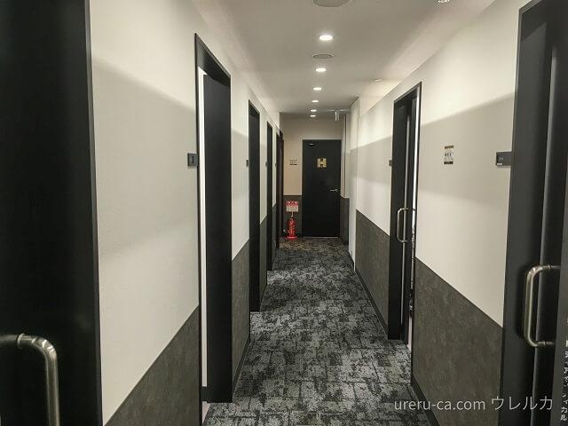 ゴリラクリニック大阪心斎橋院には通路の両側に部屋がある