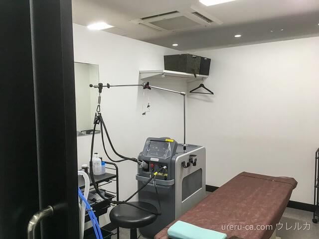 ゴリラクリニック大阪心斎橋院の施術室と設置されている機械の様子