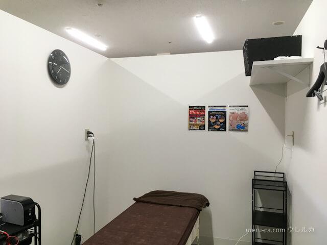 施術室は個室だが天井が開放されているので換気状態が良好