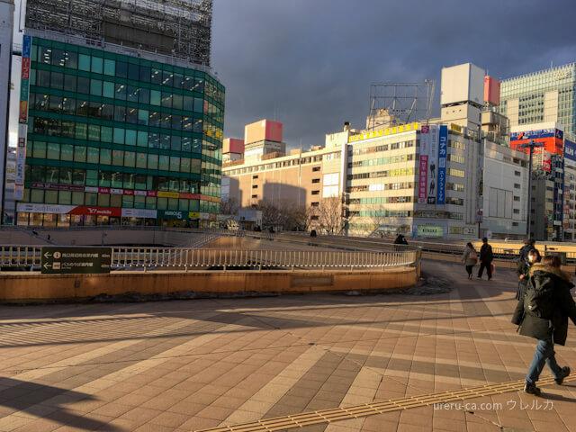 仙台駅の西口を出てデッキをそのまま青葉通り方面に進む