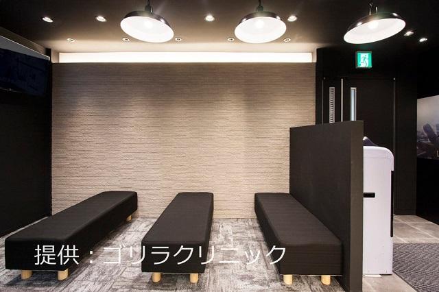 ゴリラクリニック名古屋栄院の待合室はベンチが3列並び