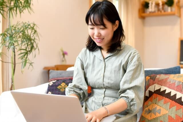 育休中に家でできる仕事に励む女性