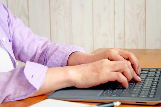 育休中にオンライン秘書のような形でデータ入力する女性