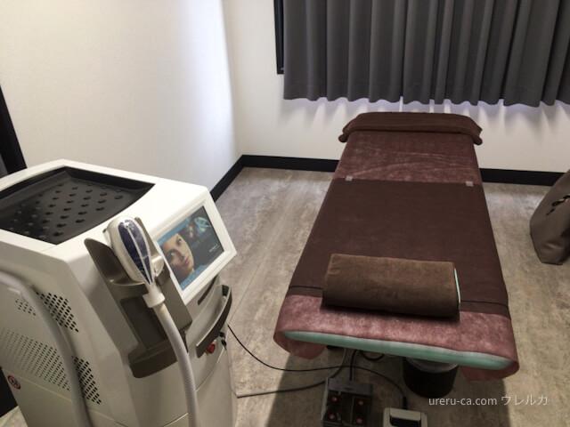 ゴリラクリニック京都烏丸院の施術室のベッドとメディオスター
